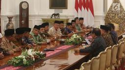 Suasana pertemuan Presiden Joko Widodo berbincang dengan pengurus Lembaga Persahabatan Organisasi Kemasyarakatan Islam (LPOI) di Istana Merdeka, Jakarta, Selasa (22/1). LPOI diketuai oleh Ketua Umum PBNU Said Aqil Siradj. (Liputan6.com/Angga Yuniar)