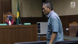 Terdakwa suap putusan perkara perdata yang juga Hakim PN Jakarta Selatan, Irwan saat menjalani sidang putusan di Pengadilan Tipikor, Jakarta, Kamis (11/7/2019). Bersama Iswahyu Widodo, Irwan dihukum 4 tahun 6 bulan penjara, denda Rp200 juta subsider 2 bulan. (Liputan6.com/Helmi Fithriansyah)