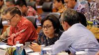 Menkue, Sri Mulyani saat mengikuti Rapat Kerja dengan Banggar DPR, Jakarta, Selasa (25/7). Rapat tersebut membahas salah satunya Laporan Realisasi Semester I dan Prognosis Semester II Pelaksanaan APBN TA. 2017. (Liputan6.com/Johan Tallo)