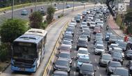 Kendaraan melintas di Jalan Jenderal Sudirman, Jakarta, Minggu (14/10). Kendati diperpanjang hingga Desember, sistem ganjil genap hanya berlaku pada hari kerja. (Liputan6.com/Immanuel Antonius)