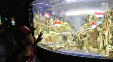 Seorang anak mengamati ikan di akuarium SeaWorld Ancol, Jakarta, Jumat (17/8). Seaworld menjadi tempat wisata alternatif warga saat libur panjang akhir pekan ini yang bertepatan dengan HUT ke-73 Republik Indonesia. (Liputan6.com/Faizal Fanani)