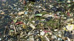 Warga memilah sampah plastik untuk didaur ulang di aliran Sungai Citarum, Bandung, Rabu (26/6/2019). Menurut warga di kawasan tersebut volume sampah kiriman yang kerap menumpuk mulai mengalami penurunan setelah beberapa waktu lalu sempat menutupi permukaan aliran Sungai Citarum. (Timur Matahari/AFP)