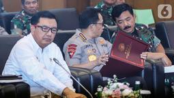 Kepala BIN Budi Gunawan (kiri), Panglima TNI Marsekal Hadi Tjahjanto (kanan), dan Kapolri Jenderal Tito Karnavian saat rapat koordinasi pengamanan pelantikan presiden di Kompleks Parlemen, Jakarta Selasa (15/10/2019). Rapat melibatkan MPR, DPR, DPD, TNI, Polri, dan BIN. (Liputan6.com/JohanTallo)