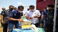 Kepala Staf Kepresidenan Moeldoko saat bertemu para petambak garam di Cirebon. Foto (Istimewa)