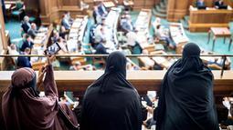 Sejumlah perempuan yang mengenakan niqab menyimak sidang Parlemen Denmark di Kopenhagen, Denmark (31/5). UU itu dihasilkan dalam pemungutan suara, di mana 75:30 suara menyetujui aturan tersebut. (Mads Claus Rasmussen / Ritzau Scanpix / AFP)