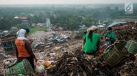 Sejumlah pemulung saat berada ditumpukan sampah di TPA Bantar Gebang, Kota Bekasi, Jawa Barat.  (Liputan6.com/Yoppy Renato)