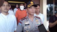 Pelaku pencabulan 6 bocah di bawah umur di Garut mengenakan topeng putih. Foto: (Jayadi Supriadin/Liputan6.com)
