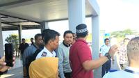 Dua Terpidana korupsi, mantan Walikota Kendari Adriatma Dwi Putra dan ayahnya Asrun, saat tiba di Bandar Udara Haluoleo Kendari, Rabu (7/11/2018).