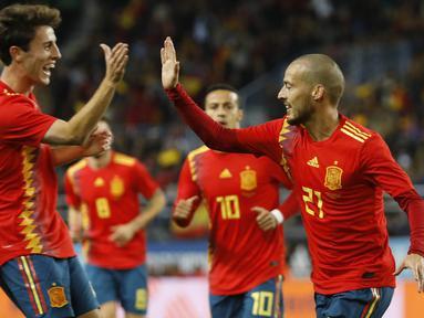 Para pemain Spanyol merayakan gol yang dicetak David Silva ke gawang Kosta Rika pada laga persahabatan di Stadion La Rosaleda, Sabtu (11/11/2017). Spanyol menang 5-0 atas Kosta Rika. (AP/Miguel Morenatti)