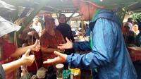 Djarot Saiful Hidayat saat mengunjungi korban banjir Jakarta. (Liputan6.com/Ika Defianti)
