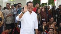 Mantan aktivis Fadjroel Rahman meninggalkan Kompleks Istana Kepresidenan di Jakarta, Senin (21/10/2019). Sebelumnya, Presiden Joko Widodo (Jokowi) telah menjanjikan bakal mengenalkan para calon menterinya hari ini atau sehari setelah pelantikan. (Liputan6.com/Angga Yuniar)