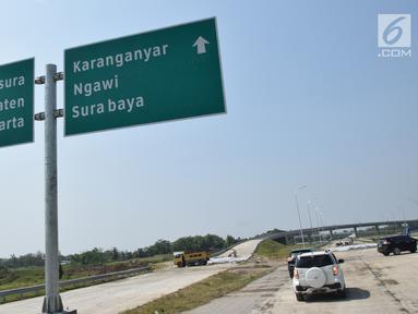 Sejumlah mobil melewati  jalur jalan tol Salatiga-Boyolali-Colomadu sepanjang 32,65 km yang saat ini dalam proses pembangunan. Rabu (30/5). Jalan tol ini nantinya akan dibuka sebagai arus mudik dan balik Lebaran secara fungsional. (Liputan6.com/Gholib)
