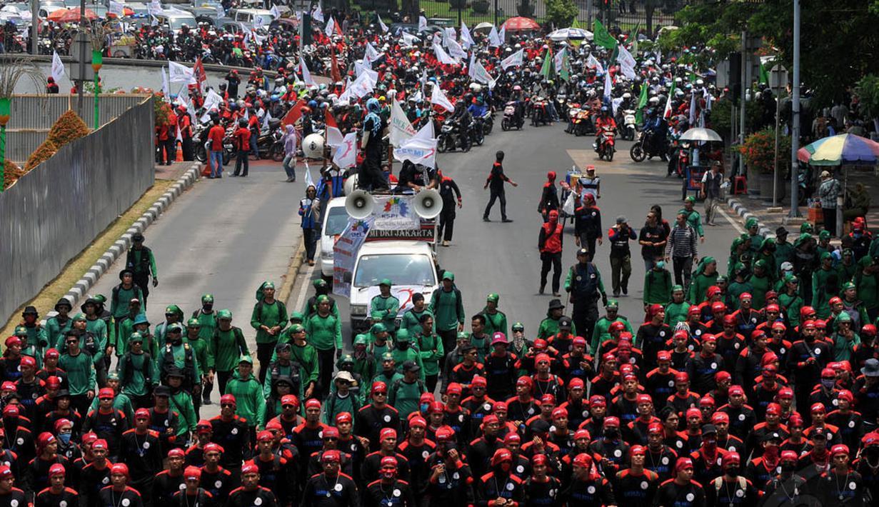 Ribuan buruh melakukan aksi longmarch ke Istana Negara, Jakarta, (2/10/14). (Liputan6.com/Johan Tallo)