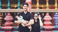 Arrasya Wardhana Bachtiar lahir pada tanggal 13 Mei 2019. Meski baru berusia 2 bulan, Randi dan Tasya sudah mengajak baby Arrasya untuk jalan-jalan lho. Baby Arrasya sudah pernah ke negeri Gajah Putih ini. (Liputan6.com/IG/@tasyakamila)