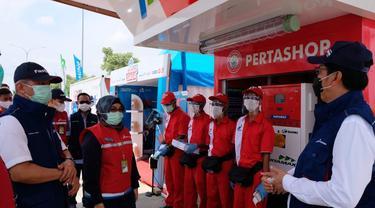 Komisaris Pertamina Condro Kirono dan Direktur Utama Pertamina Patra Niaga Mas'ud Khamid meninjau layanan Pertamina dalam masa Satgas Natal dan Tahun Baru di sepanjang Tol Trans Jawa. (Dok Pertamina)
