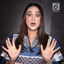 Aktris Luna Maya berpose saat konferensi pers film terbarunya Suzzana: Bernapas dalam kubur di Jakarta, Senin (24/9). Luna Maya yang memerankan Suzzanna akan beradu akting dengan Herjunot Ali yang menjadi pemeran Satria. (Liputan6.com/Faizal Fanani)
