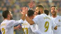 Para pemain Real Madrid merayakan gol yang dicetak Karim Benzema ke gawang Eibar pada laga La Liga Spanyol di Stadion Ipurua, Eibar, Sabtu (9/11). Eibar kalah 0-4 dari Madrid. (AFP/Ander Gillenea)