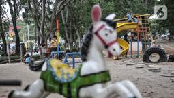 Orang tua mendampingi anak bermain di taman kawasan Duren Sawit, Jakarta, Kamis (26/11/2020). Bermain dengan pendampingan orang tua merupakan salah satu cara penting dalam menstimulasi psikososial anak yang berfungsi meningkatkan perkembangan motorik.  (merdeka.com/Iqbal S. Nugroho)