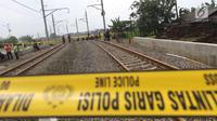 Garis Polisi terpasang di jalur kereta api Bandara Soetta, Tangerang, Banten, Selasa (6/2). Akibat longsor di Underpass Perimeter Selatan mengakibatkan jalur kereta bandra harus di tutup agar tidak terjadi longsor susulan.(Liputan6.com/Angga Yuniar)