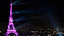 Menara Eiffel diterangi cahaya warna pink sebagai tanda Bulan Kesadaran Kanker Payudara di Paris, Selasa (1/10/2019). Tiap tahunnya di bulan Oktober, ditetapkan sebagai bulan kewaspadaan kanker payudara. (Photo by STEPHANE DE SAKUTIN / AFP)