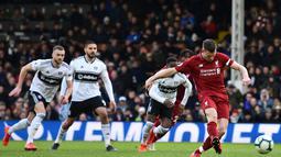 Eksekusi penalti dari James Milner ke gawang Fulham pada laga lanjutan Premier League yang berlangsung di Stadion Craven Cottage, London, Minggu (17/3). Liverpool menang 2-1 atas Fulham. (AFP/Glyn Kirk)