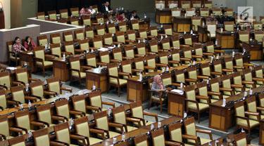 Anggota dewan di antara bangku-bangku kosong saat mengikuti rapat paripurna DPR di Kompleks MPR/DPR, Senayan, Jakarta, Selasa (23/9/2019). Rapat tersebut memiliki agenda pengambilan keputusan strategis terhadap enam RUU, di antaranya RUU Pemasyarakatan dan RUU Pesantren. (Liputan6.com/Johan Tallo)