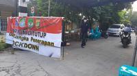 Satgas Penanganan Covid-19 Medansatria, Kota Bekasi melakukan lockdown lokal di kelurahan pejuang setelah 34 warganya terkonfirmasi positif. (Liputan6.com/Bam Sinulingga)