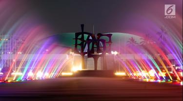 Deretan lampu warna-warni yang diletakan di bawah kolam air mancur tampak menghiasi area lobi utama Gedung MPR/DPR/DPD, Jakarta, Rabu (18/7). Lampu warna-warni ini dipasang untuk menyambut HUT ke-73 RI. (Lipputan6.com/JohanTallo)