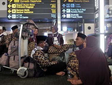Calon Jemaah Telantar di Bandara Soetta
