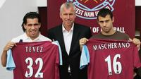 Javier Mascherano dan Carlos Tevez saat bergabung dengan West Ham United pada musim 2007. (Mirror).