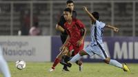 Gelandang Timnas Indonesia U-16, Marselino Ferdinan, berebut bola dengan pemain Kepulauan Mariana Utara pada laga babak Kualifikasi Piala AFC U-16 2020 di Stadion Madya, Jakarta, Rabu (18/9). Indonesia menang 15-1. (Bola.com/Yoppy Renato)