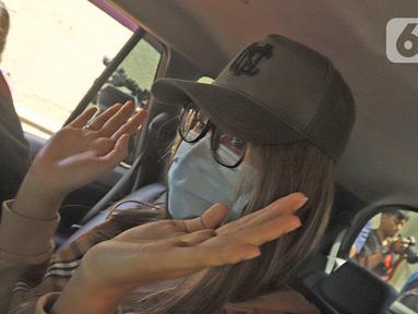 Tersangka Lucinta Luna dibawa petugas usai rilis kasus narkotika di Mapolres Jakarta Barat, Rabu (12/2/2020). Petugas membawa Lucinta Luna ke Laboratorium BNN Lido untuk diambil sampel darah dan rambutnya. (Liputan6.com/Herman Zakharia)