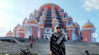 Rina Gunawan saat mengunjungi Masjid 99 Kubah di Makassar, Sulawesi Selatan (dok.instagram/@rinagunawan74/https://www.instagram.com/p/CLLF0thpC8j/Komarudin)