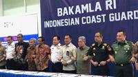 Menko Polhukam Mahfud Md dan 12 lembaga menandatangani kerja sama soal Natuna, Jumat (21/2/2020). (Liputan6.com/ Delvira Hutabarat)