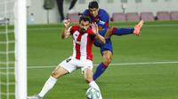 Striker Barcelona, Luis Suarez, melepaskan tendangan ke gawang Athletic Bilbao pada laga La Liga di Stadion Camp Nou, Selasa (23/6/2020). Barcelona menang 1-0 atas Athletic Bilbao. (AP/Joan Monfort)
