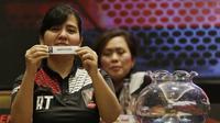 Sekjen PSSI, Ratu Tisha, menunjukan nama klub saat pengundian Piala Presiden 2019 di Hotel Sultan, Jakarta, Selasa (19/2). Sebanyak 20 klub akan tampil dalam Piala Presiden yang akan di mulai pada 2 Maret 2019. (Bola.com/M. Iqbal Ichsan)