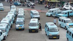 Angkutan umum menunggu penumpang di Terminal Kampung Melayu, Jakarta, Sabtu (26/9/2020). Dinas Perhubungan DKI Jakarta mencatat penurunan jumlah penumpang harian angkutan umum perkotaan hingga 22,83 persen selama 12 hari terakhir penerapan PSBB Jakarta. (Liputan6.com/Immanuel Antonius)