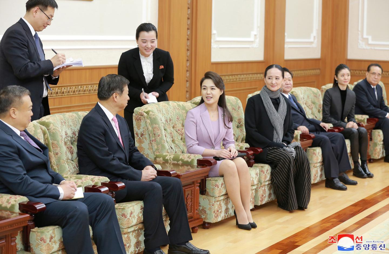 Ri Sol-ju bertemu Song Tao yang memimpin rombongan seni Tiongkok ke Korea Utara untuk mengisi April Spring Friendship Art Festival, Sabtu 14 April 2018. (KCNA)