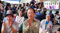 Warga Korea menyaksikan pertemuan bersejarah Donald Trump dan Kim Jong-un di Singapura melalui televisi di Seoul Railway Station. (AP)