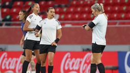 Ketiga wasit wanita tersebut merupakan wasit wanita berlisensi FIFA yang ditunjuk menjadi salah satu di antara pengadil lapangan dalam pertandingan Piala Dunia Antarklub 2020. (AFP/Karim Jaafar)