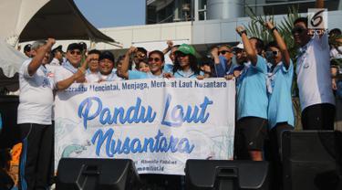 Menteri Kelautan dan Perikanan Susi Pudjiastuti foto bersama usai meresmikan  'Pandu Laut Nusantara' sebagai wadah bersama untuk para pemerhati laut di CFD kawasan Bundaran HI, Jakarta, Minggu (15/7). (Liputan6.com/Arya Manggala)
