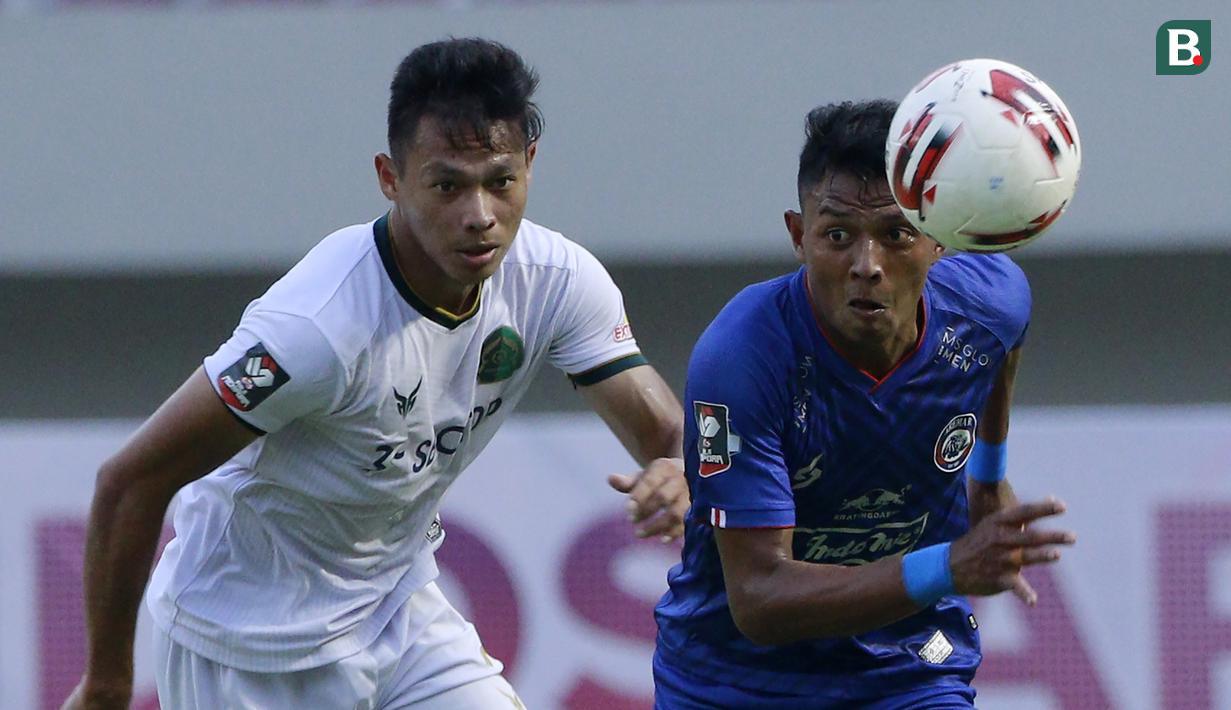 Andy Setyo (kiri) merupakan bek andalan Persikabo yang merupakan anggota TNI aktif. Sempat menimba ilmu di akademi Borneo FC, ia selanjutnya bergabung dengan PS TNI pada 2016. Saat ini, Andy memiliki pangkat Sersan Dua di TNI AD. (Bola.com/M. Iqbal Ichsan)