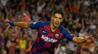 Striker Barcelona, Luis Suarez, merayakan gol yang dicetaknya ke gawang Inter Milan pada laga Liga Champions di Stadion Camp Nou, Barcelona, Rabu (2/10). Barcelona menang 2-1 atas Inter. (AFP/Lluis Gene)