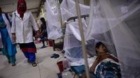 Petugas medis melewati pasien yang menjalani perawatan karena menderita demam berdarah di Rumah Sakit Shishu Dhaka, Bangladesh, Rabu (31/7/2019). Infeksi virus yang ditularkan melalui gigitan nyamuk Aedes aegypti telah menyebar di 61 dari 64 distrik di negara itu. (AP Photo/Mahmud Hossain Opu)