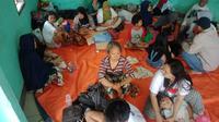 Pengungsi korban banjir di kawasan Perumahan Bumi Mahkota Indah, di Desa Dawuan Tengah, Kecamatan Cikampek, Karawang. (Liputan6.com/ Abramena)