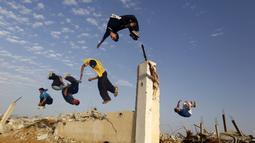 Meski negaranya dalam keadaan konflik tak membuat surut para remaja ini untuk menyalurkan hobinya dalam Parkaour. Foto diambil pada Jumat (14/11/2014) (AFP Photo/Mohammed Abed)