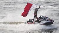 Aqsa Sutan Aswar melakukan selebrasi berhasil menyumbangkan medali emas Asian Games 2018 cabang olahraga Jetski di Pantai Ancol, Jakarta, Minggu (26/8/2018). (Bola.com/Vitalis Yogi Trisna)