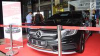 Mobil mewah milik terpidana korupsi yang dilelang KPK saat peringatan Hari Anti Korupsi Sedunia di Jakarta, Selasa (4/12). Mobil Mercedes Benz milik Ali Sadli yang juga auditor BPK bernilai Nilai limit mobil ini Rp 821 juta. (Liputan6.com/Angga Yuniar)