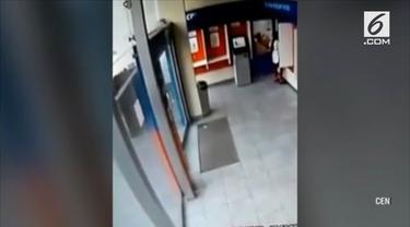 Video penampakan hantu gadis cilik di sebuah bank di Lima, Peru, gemparkan warganet.