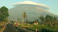 Gunung Semeru bertopikan awan saat pagi hari. (Akun twitter Sutopo Purwo Nugroho @Sutopo_PN)